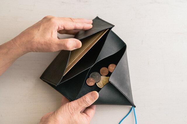 なによりお気に入りなのが、小銭の出し入れ部分。探すのが面倒で・・・と、いつも小銭を出さずにいる人に是非一度使ってもらいたいお財布です。ガバーッと開けると小銭がダダッーと流れてくるのが、とっても使い心地がいいんです。