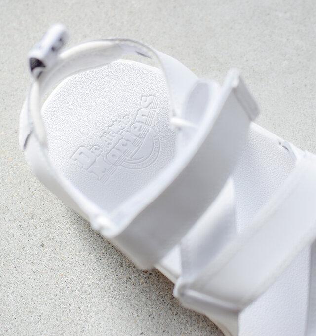 インソールには吸湿性のある、低反発素材を使用した「SoftWairフッドヘッド」を搭載。 素足で履いていてもにソフトな肌当たりが優しく、歩行時の衝撃を吸収してくれます。