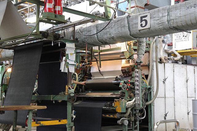 PLENTYに使われているポンジ生地はMOONSTAR久留米工場で、2枚のポンジ生地をゴム由来の糊で貼り合わせ、1枚に仕立てた特別なモノ。