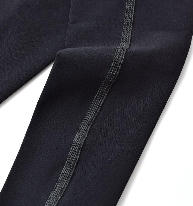縫製部分にも伸縮性に優れた糸を使用し、カラーを変えることでデザイン性もプラス。