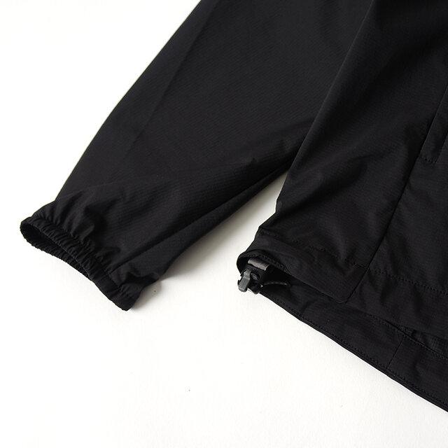 裾部分には冷気や風の侵入を軽減し、バタつきを抑えるアジャスタードローコードを配備。 袖口はゴムシャーリング仕様なので袖を捲くった際も落ちにくいです。