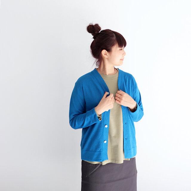 ブルー / 0 着用、モデル身長:160cm  シンプルな4つボタンのカーディガンはさらっと羽織りやすく、着用シーズンの長い便利なアイテム。 サイズは0、2、3をご用意し、ユニセックスなデザインですので男性の方にもおすすめですよ◎。