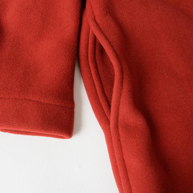 サイドには手を差し込みやすいスリットポケット付き。