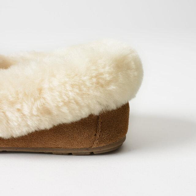 ふっくらと溢れんばかりのファーが足元を豊かに彩ります。足を優しく包み込むシープスキンは暖かく、蒸れにくいうえに高い防臭効果まで兼ね備えています。