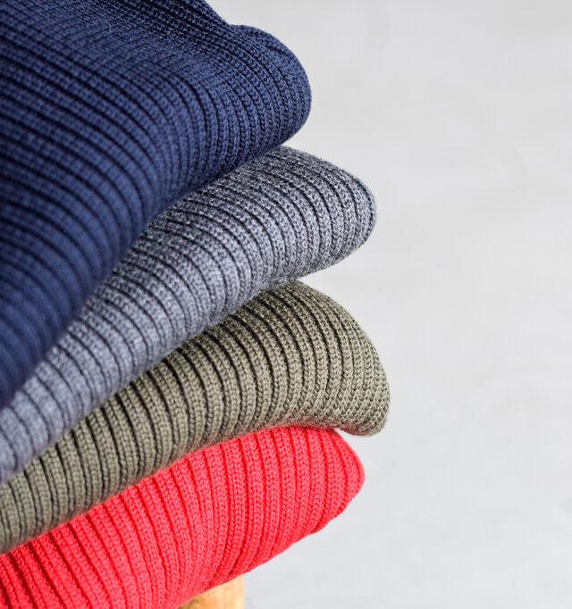 羊毛の中でも最高峰とされるメリノウールを使用したこちらのニット。他の種類の羊毛に比べて繊維が細く、とてもソフトな肌ざわりとピリング(毛玉)が出来にくいのが特徴です。そのメリノウールを、伸縮性や弾力性に優れたリブ編みで編み上げました。優しいフィット感とウール100%のあたたかな着心地、チクチク感がなくふんわりとした優しい肌ざわりが一日中着ていてもノンストレスな仕上がりに。シンプルでいて、リブの立体感が豊かな表情をプラスしてくれます。 Australia super fine  merino wool  100%