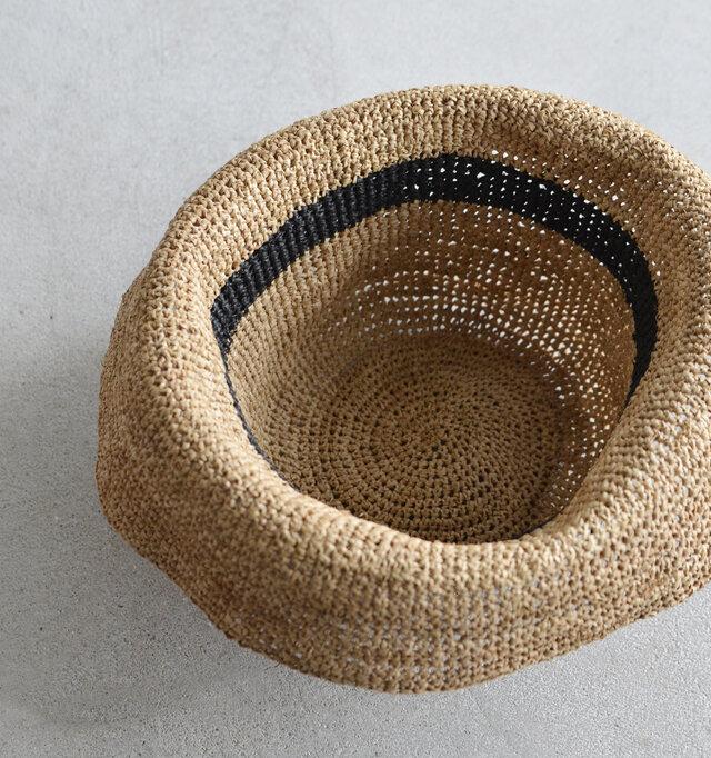 内側はライニングレスのシンプルデザイン。日差しを通すざっくり編みなので、通気性が良く、汗をかいても蒸れにくいのが嬉しいですよね。