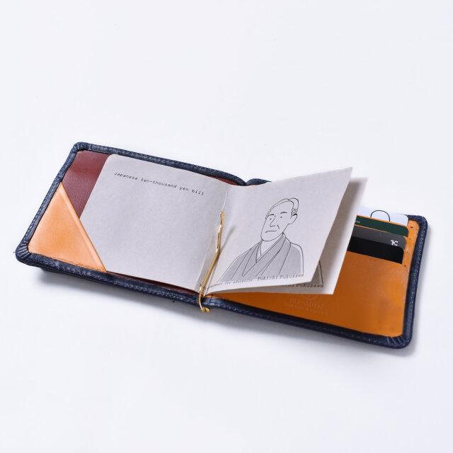 しっかりしたホールド力のクリップに加え、片側には紙幣を挟むポケットを備えています。
