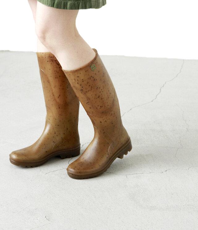 しっかりと厚みのあるヒール。アッパー部にはブーツの縫製のようなデザインが施されています。