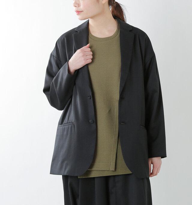 テキスタイルは薄手なので、上からさらっとジャケットやカーディガンも楽に羽織れます。