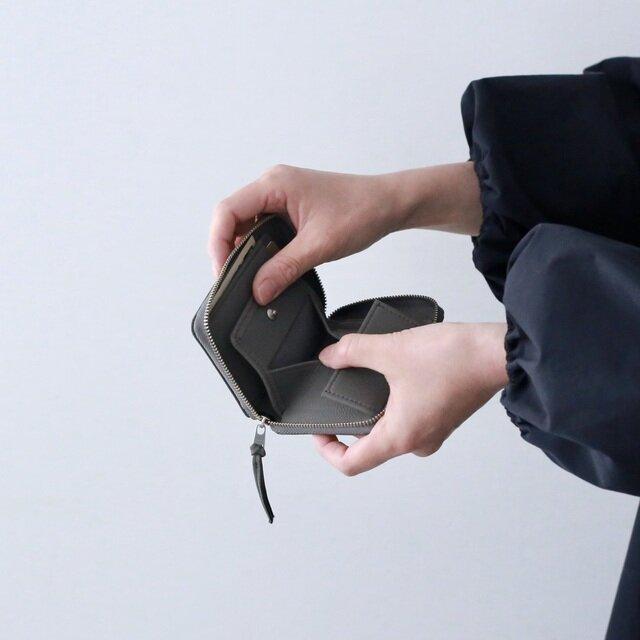 小銭入れは大きくガバッと開きます。 中身が見やすく取り出しやすいです。