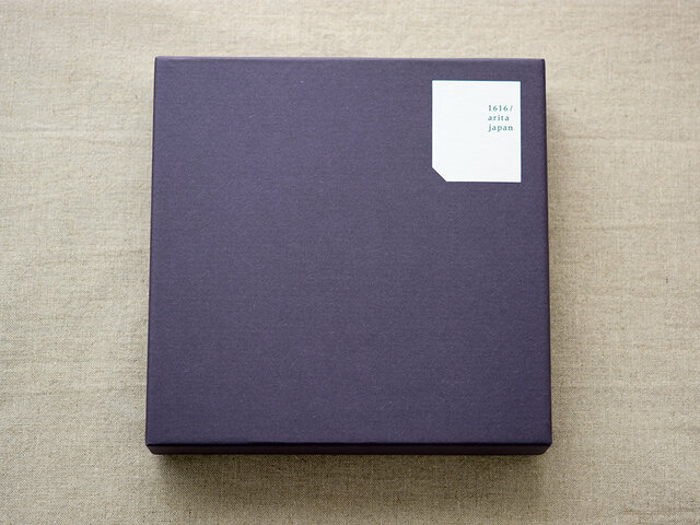 少しだけ紫がかった濃紺のパッケージカラー