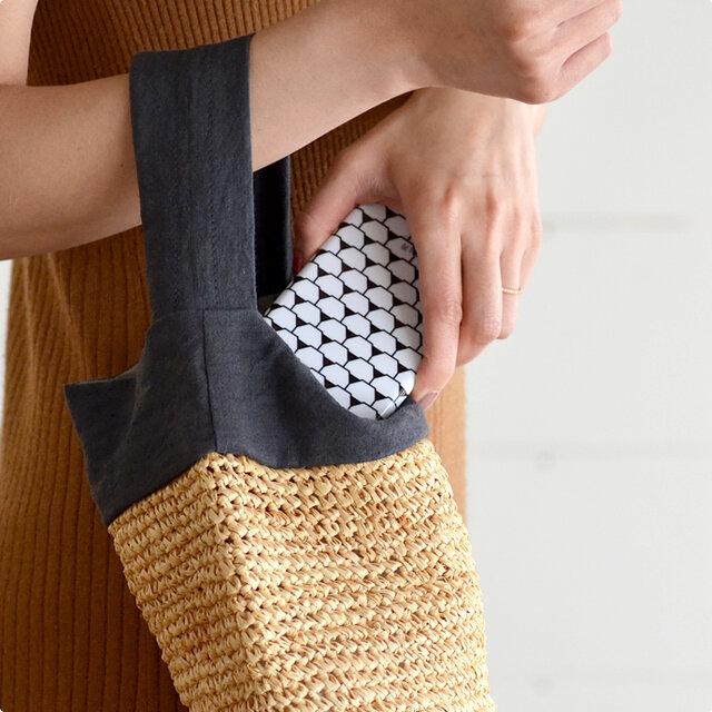 iPhoneにぴたりとフィットしたスリムなデザインなので、かさ張らず、ジーンズの後ろポケットや、小さなバッグにも収まります。