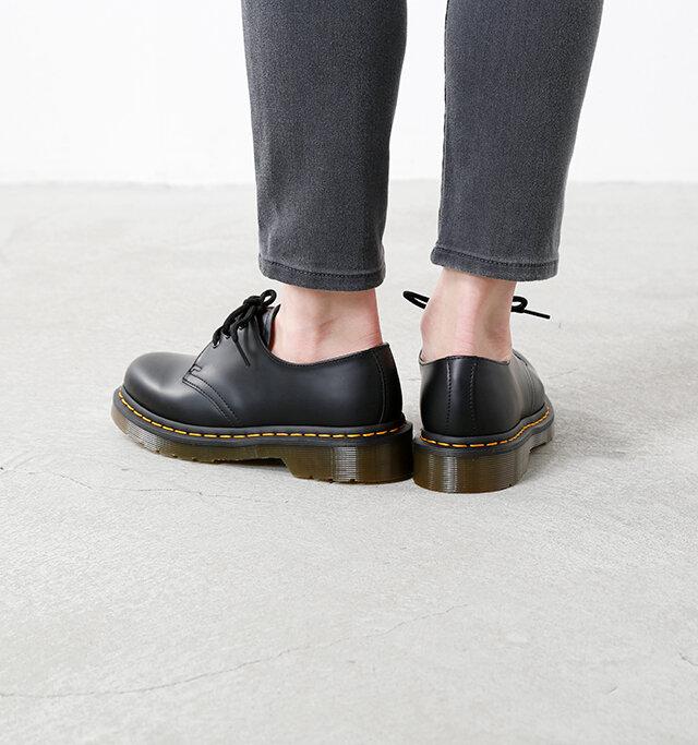 くるぶし丈の高さを持つローカットシューズは、癖のないシルエットなので靴下など足元のお洒落も楽しめちゃいます。