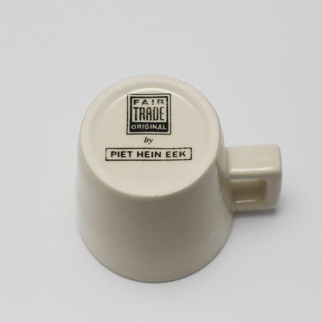 カップの裏にはメーカーである「フェアトレードオリジナル社」とデザインを手がけた「ピートヘインイーク」のロゴが刻印されています。