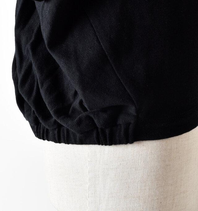 腰の後部はゴムが入っているので、身体を優しく包み込んでくれます。程良いドレープ感もポイント。