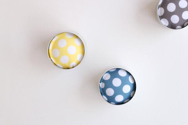 着物アーティストとして有名な高橋理子のブランド「HIROCOLEDGE」の手ぬぐいを使用。 カラーはGRAY・BLUE・YELLOWの3色をご用意しています。