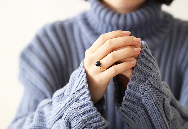 今日の気分に合わせて、好きな指にはめることが出来るフリーサイズのリング。(およそ7号~13号対応)