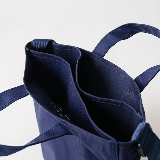 内側は3層に分かれており、荷物の整理がしやすい便利なつくりになっています。