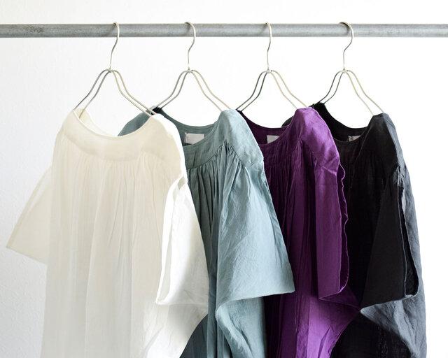 カラーは左より「ホワイト」「グレーカーキ」「パープル」「ブラック」の4色をご用意しています。
