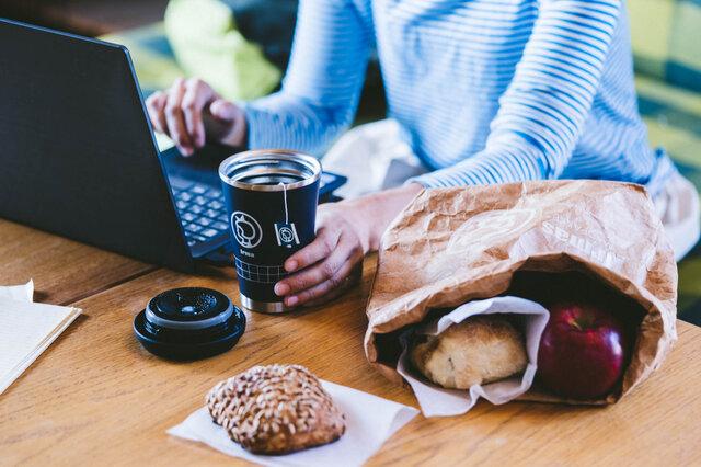 オフィスにおひとつ置いて、傍にいつでも温かいドリンクを。保温性もばっちりですよ。
