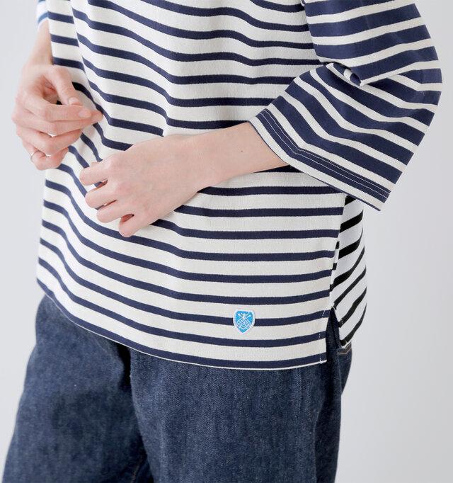 5分よりも少し長いくらいの袖丈です。デコルテラインや手首がきれいに見える計算されたデザインです。 サイドには小さなスリット入りで、ゆったりドレープが出るような程よい裾丈も◎ タックインもしやすいのでコーデに合わせて変化をつけることができます。