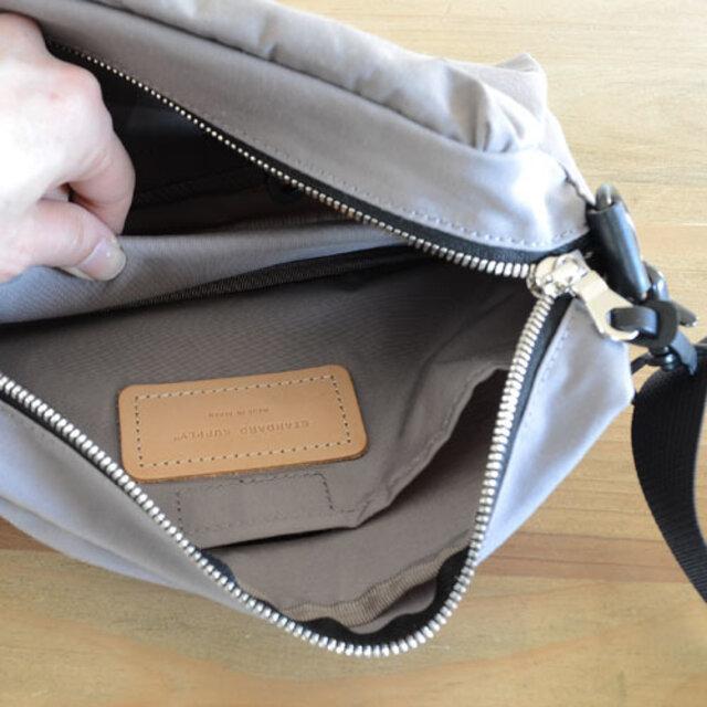 底には、ウレタンフォーム入りの底板を付けています。 荷物が少ないときには底板を畳んでバッグを膨らみなく持つことも可能です。