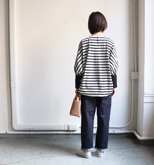 バックスタイルはヒップまで隠れる長さが着やすい。 パンツにもスカートにも合わせやすい、使い勝手の良いアイテムです。