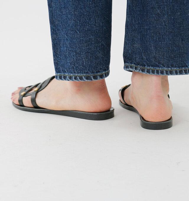 女性らしいサンダルスタイルを上品に楽しみつつ、低めのヒールでビーチサンダルのように気軽に履きたい。そんな思いに応えてくれるローヒールサンダルです。