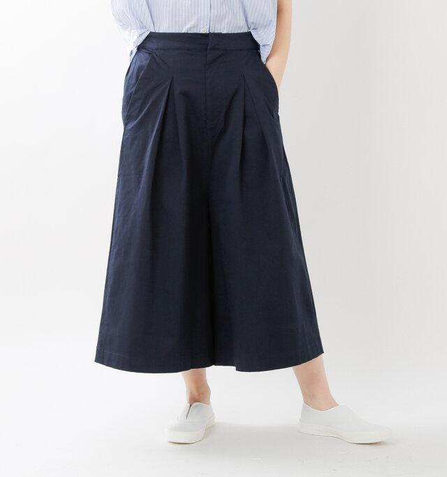 ハイウエストデザインがこなれたスタイルを作るワイドパンツです。タックが作り出すスカートのようなボリューミーなシルエットが美しく、いつものコーディネートにトレンド感をプラスしてくれます。