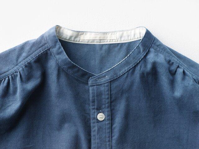 襟元の一番上のボタンを付けずに、ボタンホールのみに。すっきりとした見た目が特長です。