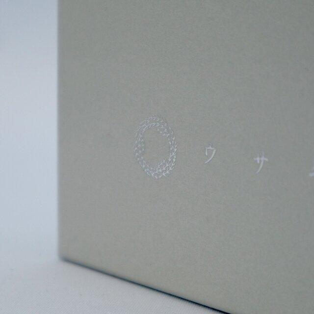 高級感のある仕上がりで、両側面には銀の箔押しでロゴが入っています。