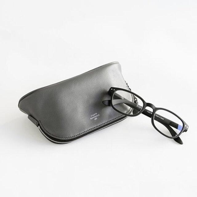 内装が人工スエードなので、メガネケースとして大きめのサングラスも入ります。