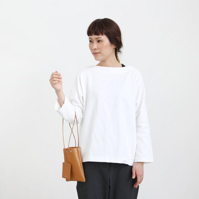 Sサイズはマチのないフラットな形。 携帯と小さめの財布が入る程度のコンパクトなサイズ感になっています。