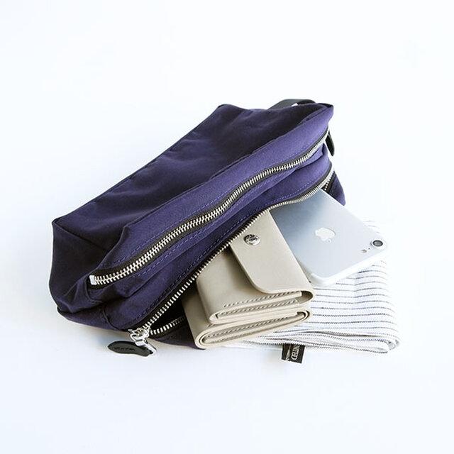 シリーズのアイコン的エクセラファスナーは、バッグ類より細めにしてシンプルなポーチの上品なアクセントにしています。