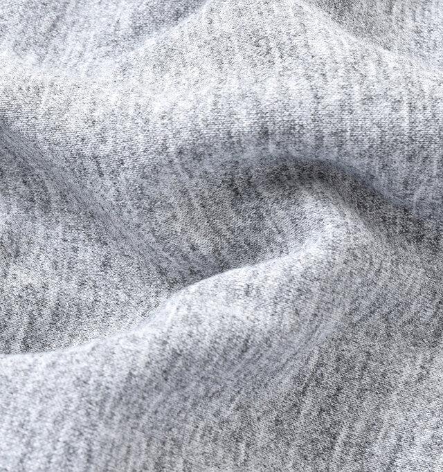 速乾性に優れた、ナチュラルな粗挽き杢の素材を使用した、着心地の良いアイテムです。