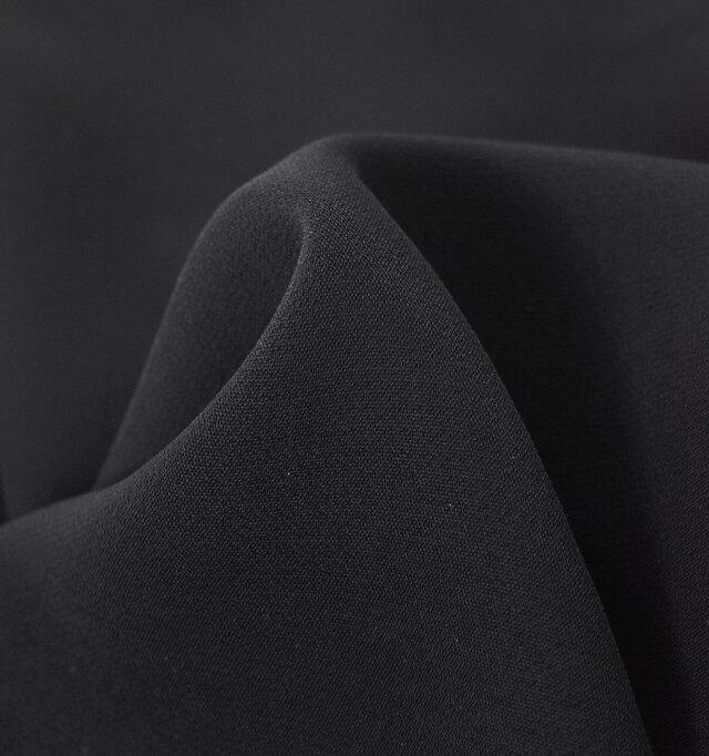 綿糸の紡績工程で雑物や短い繊維を徹底的に取り除き、糸むらが少なく、強度があるバーバリー地を使用。上質な光沢感、そして発色の美しいカラーも特徴のひとつです。