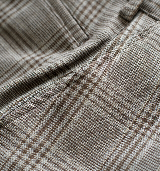 打ち込みの細かいウール糸を使用した、二重織りの上質なファブリックを使用。 細やかなパターンと同系色でまとめたニュアンスのある色合いが美しい仕上がり。 程よく肉厚ながら同時に柔らかく、さらりとした肌触りが特徴です。