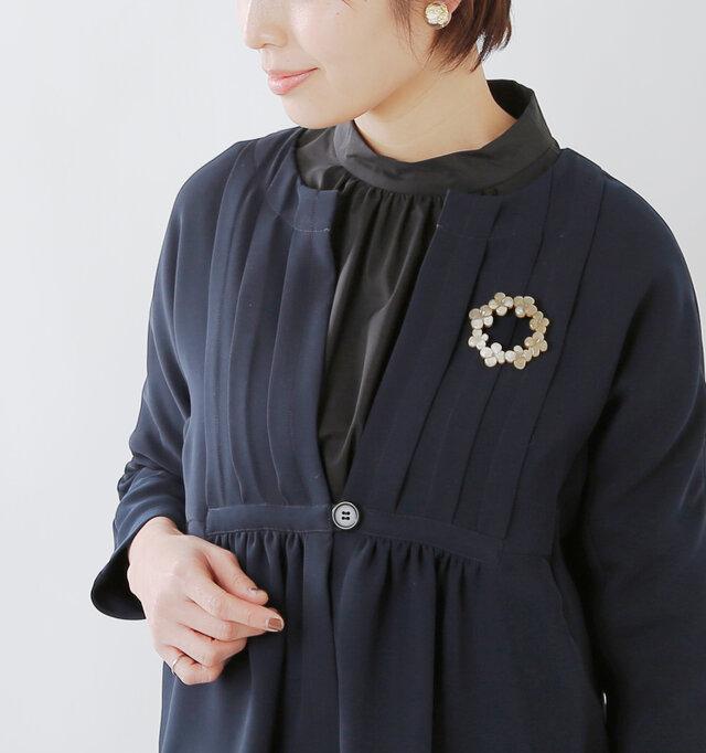 深く開いたスキッパーデザインが印象的な襟元。インナーとのレイヤードがすっきりときれいに映え、合わせる服によって雰囲気をがらっと変えることが出来ます。