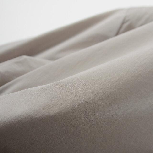 中綿には羽毛と同等の軽さと暖かさを持つプリマロフト®を採用。 薄手ながらも保温性に優れており、ご自宅での手洗いも可能です。