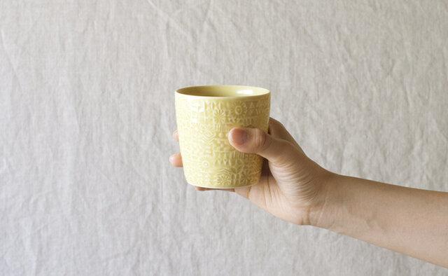 patterned cup の「squall gray」、「yellow」、「ash gray」と同じカラー展開ですので、こちらと一緒にも使っていただいても相性良く食卓を彩ります。