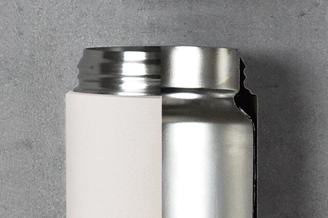 ボトル本体はステンレスの二重構造。外びんと内びんの間を真空状態にすることで対流による放熱を防ぎ、高い保温保冷効果を発揮します。さらに、蓋を外した状態でも埃などが入りにくい設計で、飲む度に蓋を開閉する手間がなく作業を妨げることがありません。