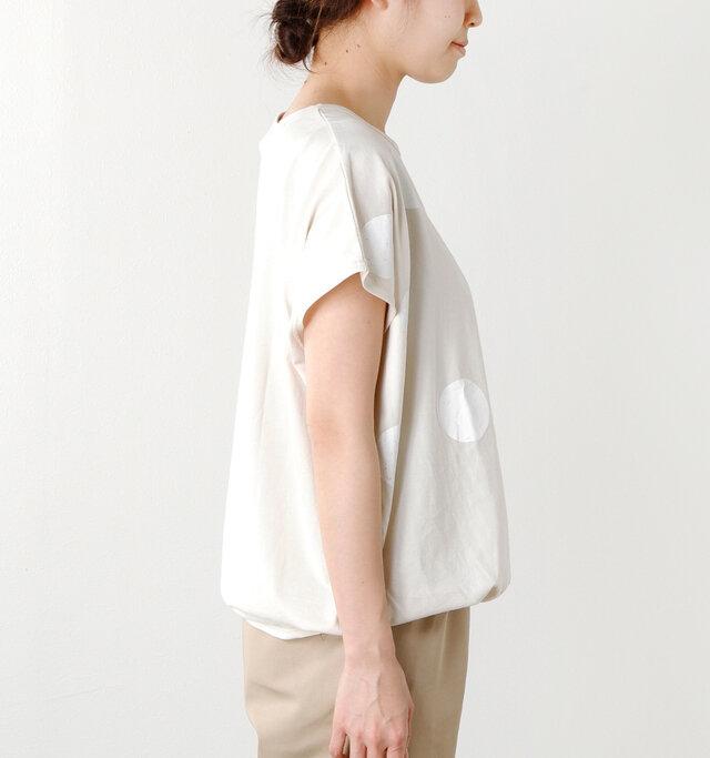 フロントの裾にはギャザーを寄せて立体的でフェミニンな印象をプラス。後ろ裾に向かって長くなるデザイン。
