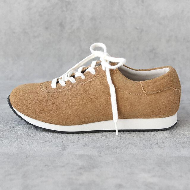 一枚のシートを靴の形に合わせて切削形成して作り上げられるEVAソール。半永久的に加水分解が起こりません。