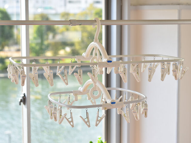 サイズ違いを購入してこんな風にリングに引っ掛けると、掛けられる洗濯物の数も増やせます◎