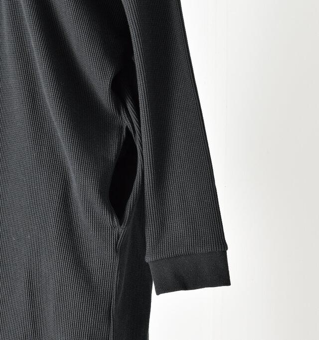 両サイドにはシームポケットを設置し、袖口はリブ仕様で手首にやさしいフィット感。