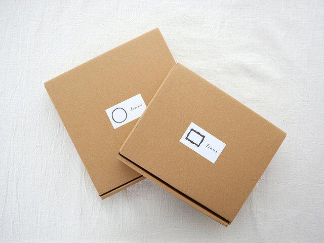 BOXには、フレームの絵が書かれたシールが貼られていて可愛い。