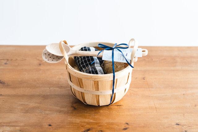 【セット内容】 ・Irmaクッキングスプーン ・Irma穴あきスプーン ・Irmaキッチンタオル ブラック ・Irmaハンドルバスケット ※リボンをかけて、お包みします。