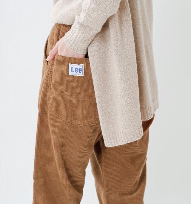 ラウンド型のバックポケット。ステッチデザインもこだわりが感じられ、大きなブランドロゴをあしらいポイントに。