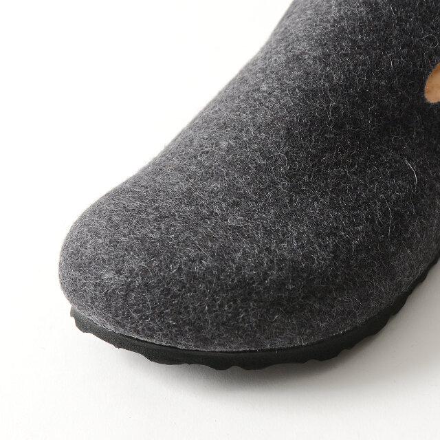 アッパーには見た目にもぬくもりたっぷりなウールのフェルトを使用。 広範囲を覆ってくれるので安定感のある履き心地です。