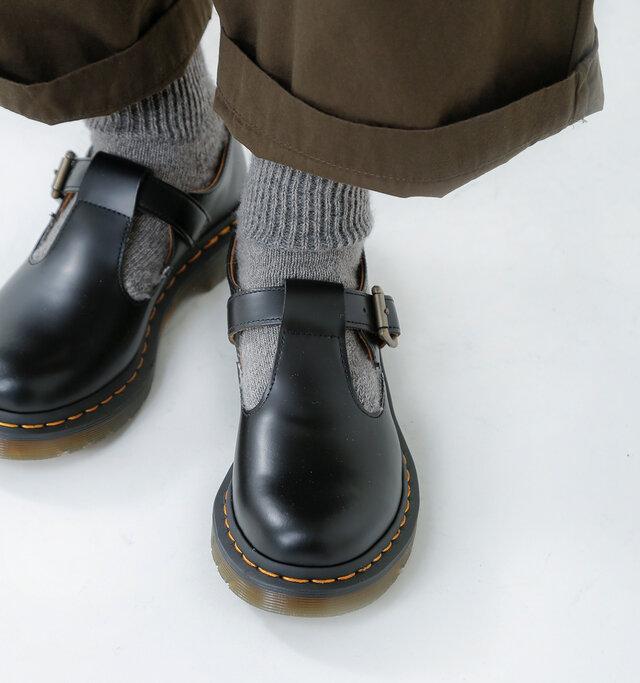 伝統的な頑丈で滑らかな仕上げのスムースレザーを通常より強い光沢が出るように磨き、足元からぐっとお洒落にブラッシュアップしてくれるストラップシューズ。シンプルでサンダル感覚で履けるのに、品のある佇まいも感じさせます。